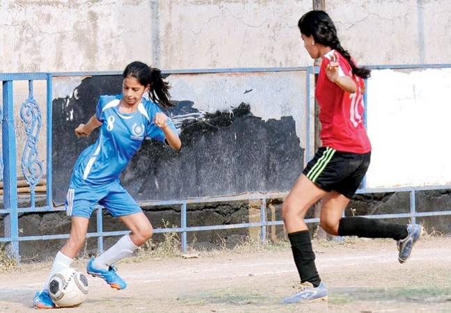 suhana-khan-playing-football