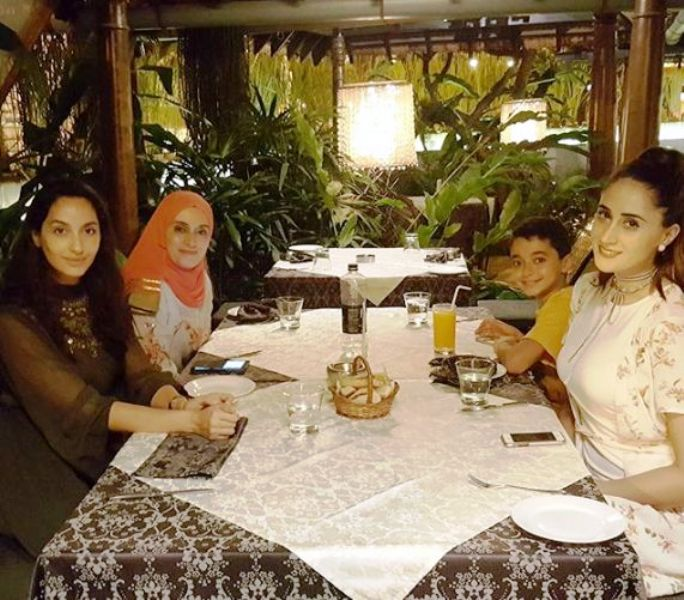 nora-fatehi-with-family