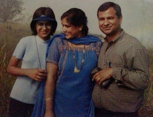 nia-sharma-with-parents-in-school-time-pic