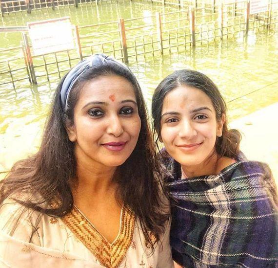 actress Nikki Sharma with mother